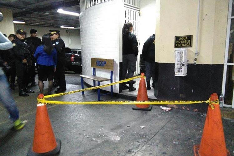 El disparó provocó daños al concreto en el sótano de Tribunales. (Foto Prensa Libre: Oscar Rivas)