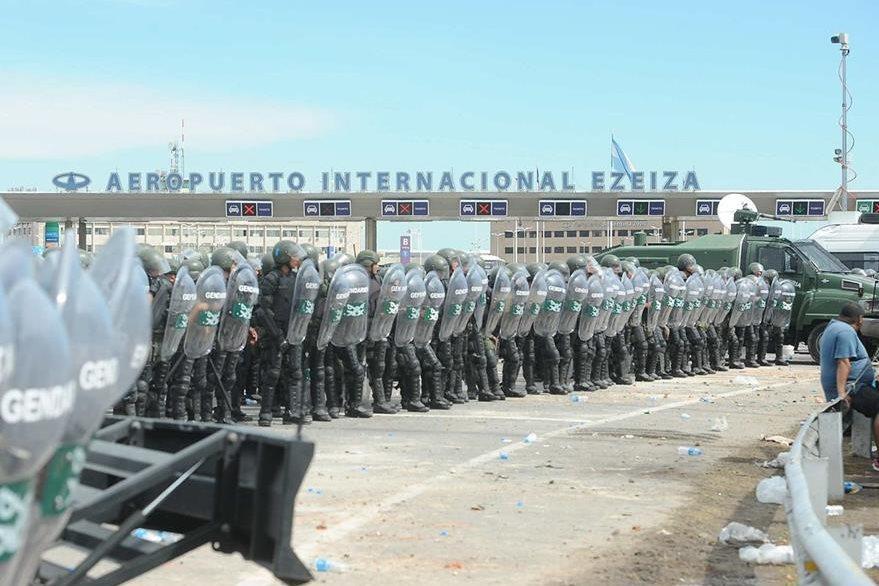 Fuerzas de seguridad argentinas se disponen a desalojar a manifestantes de una empresa avícola que bloqueaban parcialmente el acceso al aeropuerto. (Foto Prensa Libre: EFE).