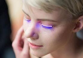 Las pestañas LED son alimentadas por una pequeña batería que se oculta en el cabello.F.LASHES KICKSTARTER