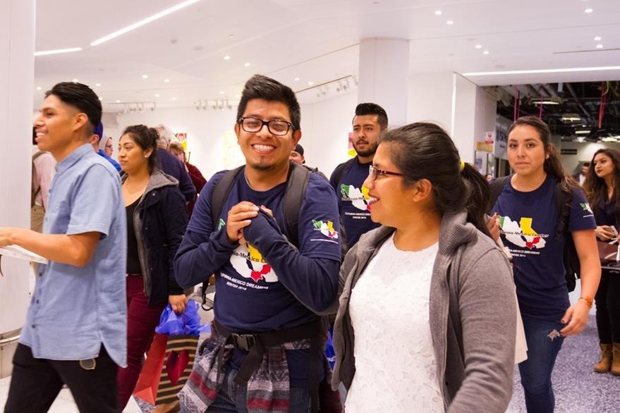 LA01. LOS ÁNGELES (CA, EE.UU.) 01/15/2017.- Un grupo de estudiantes indocumentados protegidos por el programa de Acción Diferida (DACA) se reúne con familiares y amigos en el Aeropuerto Internacional de Los Angeles después de haber pasado un mes en Mexico. Los 25 jóvenes soñadores que salieron con un permiso especial,corría el riesgo que las autoridades de inmigración les negara el reingreso a los EE.UU. EFE/Felipe Chacon