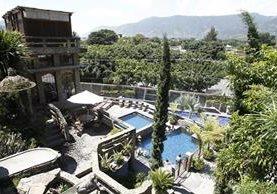 El balneario Santa Teresita, en Amatitlán, posee una arquitectura de piedra única y diferente. En uno de los sectores de piscinas se aprecia el castillo equivalente a un edificio de unos nueve pisos.(Foto Prensa Libre: Álvaro Interiano)