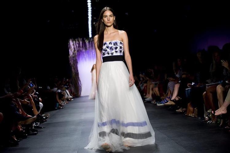 Una modelo luce una creación de Tadashi Shoji durante la Semana de la Moda de Nueva York. (Foto Prensa Libre: EFE).