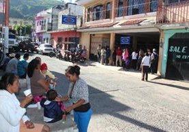<p>Los afiliados deben esperar turno en banquetas porque el local del IGSS de Cuilapa es inadecuado y fue declarado inhabitable en el 2011, tras los enjambres de temblores. (Foto Prensa Libre: Oswaldo Cardona)</p>