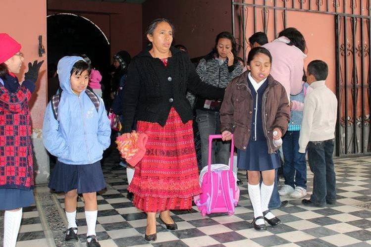 Estudiantes padecen por el frío de las mañanas, cuando se dirigen a sus establecimientos educativos. (Foto Prensa Libre: Carlos Ventura)
