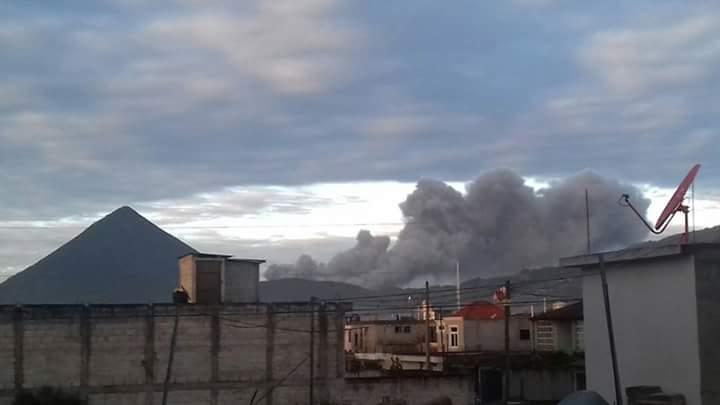 Volcán Santiaguito lanza de nuevo humo y ceniza sobre poblados cercanos, en Quetzaltenango. (Foto Prensa Libre: Conred)