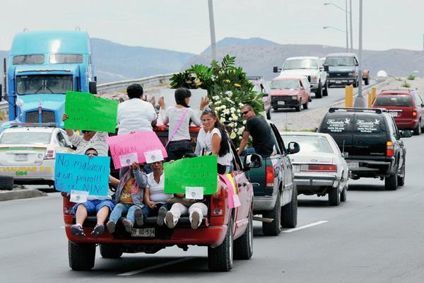 Familiares y amigos del menor exigen justicia. (Foto Prensa Libre: AFP).