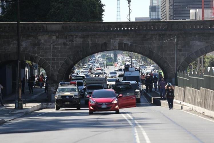 El vehículo de la víctima quedó en el carril central de la 7a. avenida, zona 1(Foto Prensa Libre: Erick Ávila)