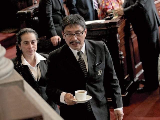 Taracena dice que bebe las tazas de café más caras del país, por el alto sueldo de quien las sirve.