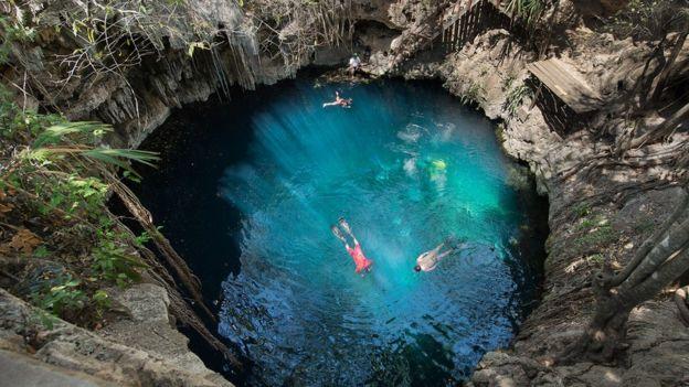 Los famosos sumideros (cenotes) de México se formaron sobre la piedra caliza debilitada que cubre el cráter. MAX ALEXANDER/B612/ASTEROID DAY