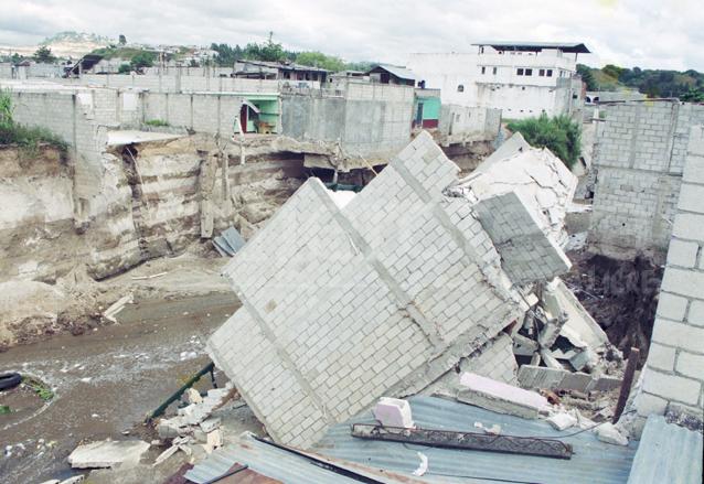 Varias viviendas fueron destruidas en Villa Hermosa, San Miguel Petapa al sur de la capital. Hoy esa área continúa sin ser atendida y todos los años hay derrumbe de casas por el río Platanitos. (Foto: Hemeroteca PL)