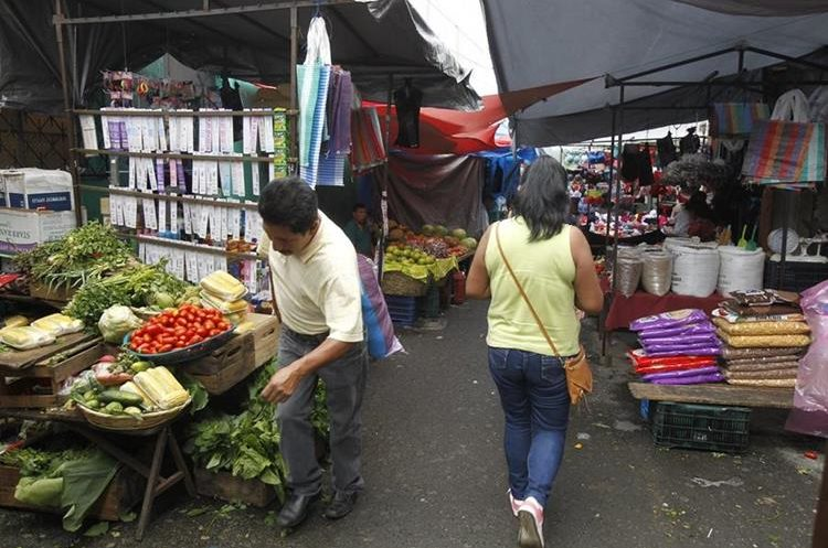 Vecinos del mercado de Mixco se quejan del retiro de soldados que prestaban seguridad en el lugar. (Foto Prensa Libre: Paulo Raquec)