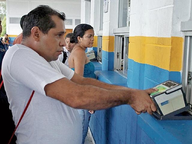 El libre tránsito de personas no registra inconvenientes. (Foto Prensa Libre: Dony Stewart)