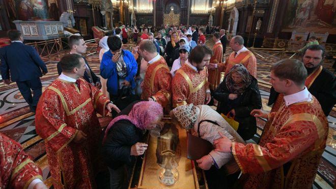 Creyentes ortodoxos rusos hacen cola para besar las reliquias de San Nicolás en la Catedral de Cristo Salvador en Moscú. GETTY IMAGES