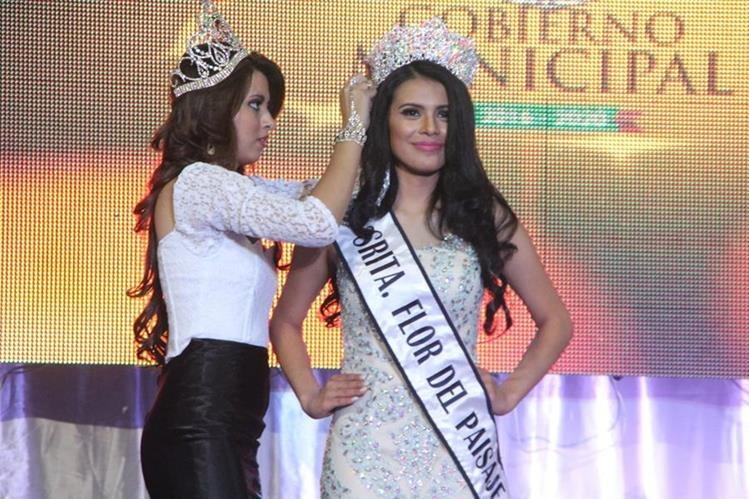 Kimberly Figueroa recibe corona y nombramiento de señorita Flor del Paisaje, en Sololá. (Foto Prensa Libre: Ángel Julajuj)