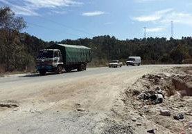 El deterioro de la red vial ocasiona un incremento en tiempo y costos al transitar por esas rutas. (Foto Prensa Libre: Hemeroteca PL)