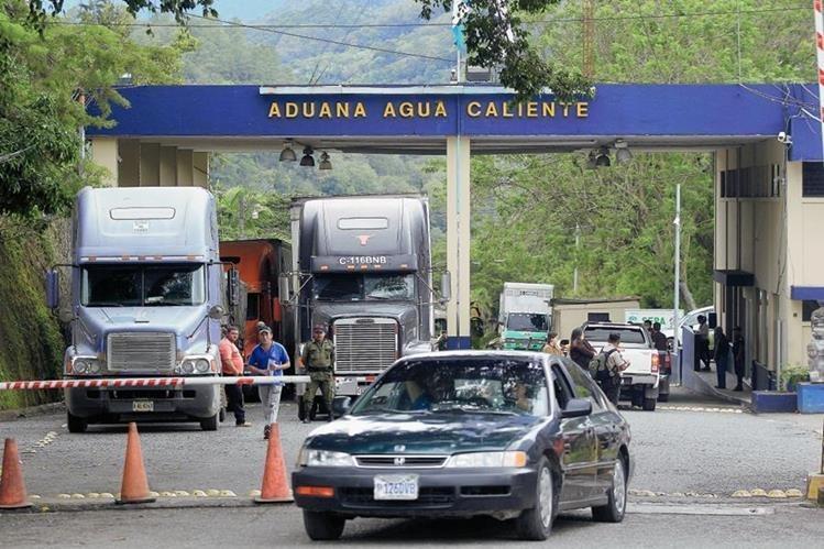 La implementación de trámites en línea, evitaron que el país bajara. (Foto Prensa Libre: Hemeroteca PL)