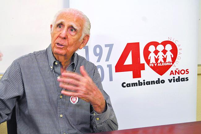 El sacerdote Fernando Cardenal fungió como ministro de Educación en Nicaragua. (Foto del sitio hoy.com.ni)