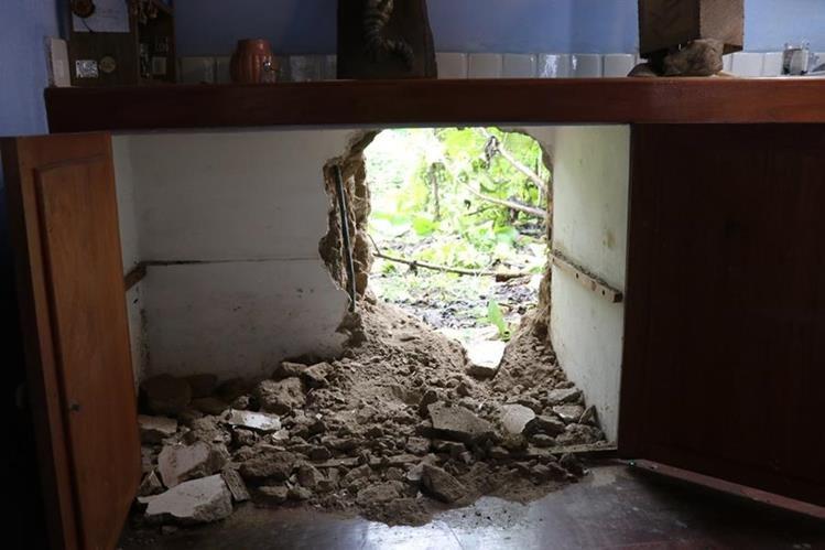 Sujetos hicieron un boquete para para entrar a robar en el Centro Cultural Casa Pensativa. (Foto Prensa Libre: Julio Sicán)