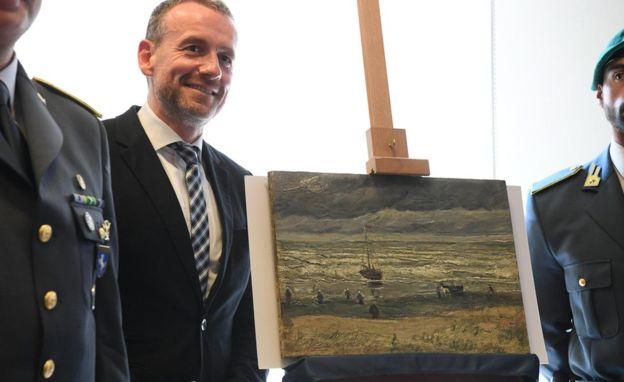Van Gogh pintó La playa de Scheveningen al desatarse la tormenta en un día de viento y granos de arena se incrustaron en la pintura mojada. EPA