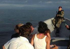 Grupo de turistas localizado en playa de Los Amates, Izabal. (Foto Prensa Libre: Dony Stewart).