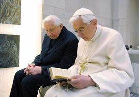 Benededicto XVI saluda a su hermano Georg Ratzinger durante la celebración de su 85 cumpleaños en el Vaticano.