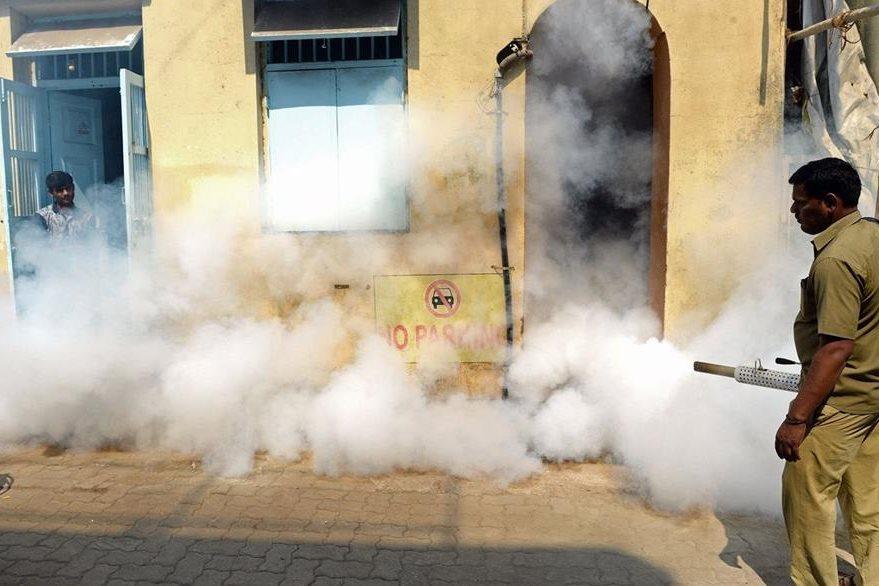 La fumigación se ha convertido en la principal arma de los gobiernos para combatir al zika. (Foto Prensa Libre: AFP).