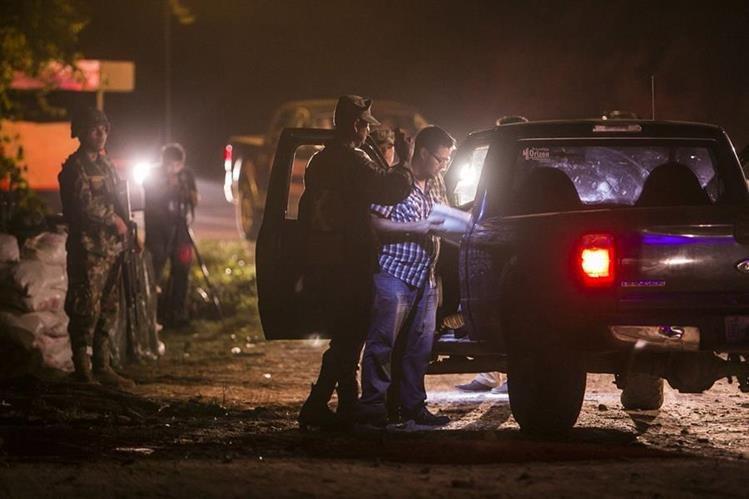 Miembros de la Marina mexicana inspeccionan un vehículo en las cercanías de Cosala, Durango. (Foto Prensa Libre: EFE).