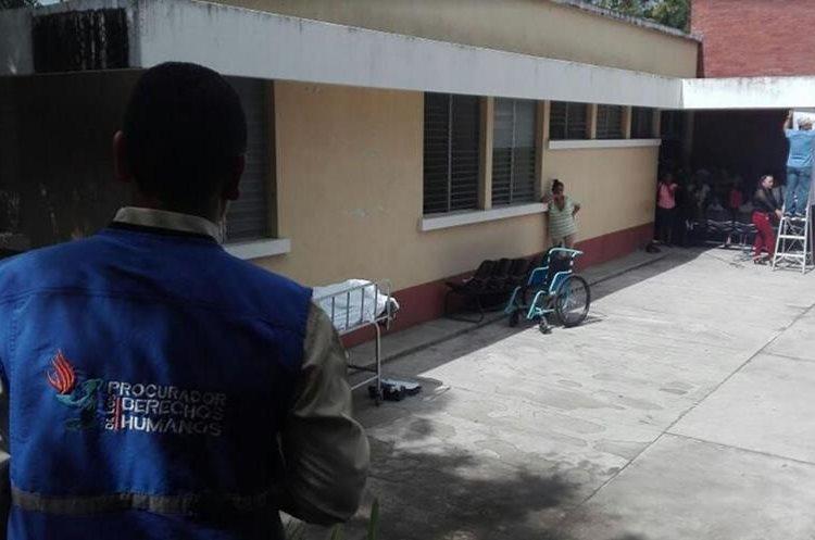Personal de la PDH llegó a lugar para constatar la posible negligencia médica. (Foto Prensa Libre: Hugo Oliva)