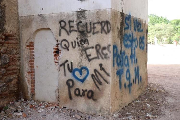 La dedicatoria de amor fue pintada en una pared de la Iglesia Santísima Trinidad, de la zona 5 de Chiquimula. (Foto Prensa Libre: Mario Morales)
