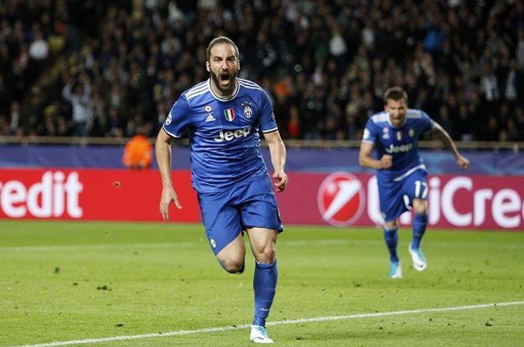 Higuaín corre y celebra después de anotar el 1-0 para la Juventus de Turín.