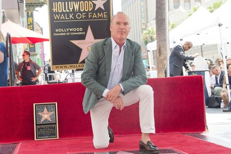 Michael Keaton recibió su estrella como reconocimiento a su trayectoria en la pantalla. (Foto Prensa Libre: AFP)