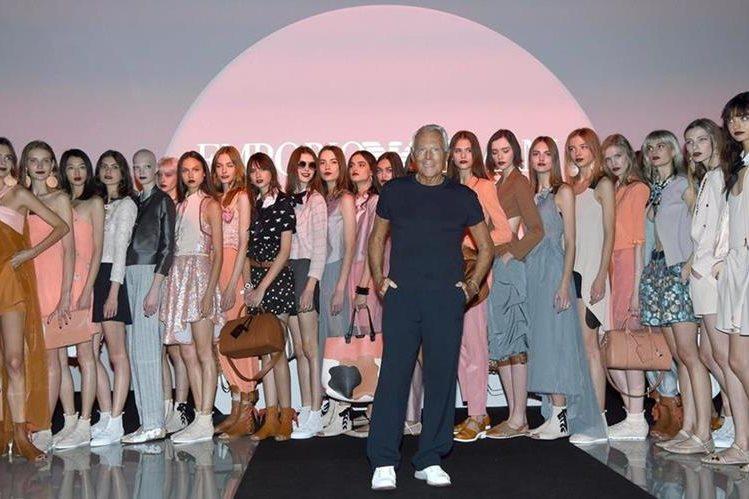 El diseñador Girogio Armani posa con sus modelos tras la presentación de su colección Primavera/Verano 2016 en la Semana de la Moda de Milán (Foto Prensa Libre: EFE).