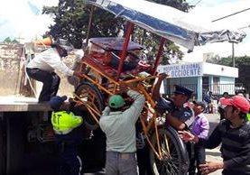 Varios vendedores forcejearon con los agentes para tratar de recuperar sus puestos.(Foto Prensa Libre: Carlos Ventura)