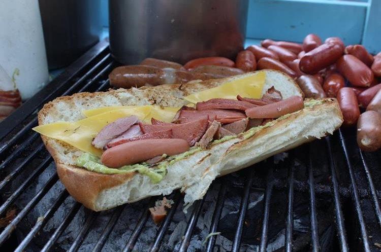 En algunas ventas de shucos se sirven panes especiales, los cuales pueden traer ingredientes únicos o ser panes de 30 centímetros, para los más hambrientos (Foto Prensa Libre: José Ochoa).