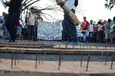 Los campesinos colocaron tablas con clavos para evitar el paso de vehículos y de personas. (Foto Prensa Libre: J. Tizol))