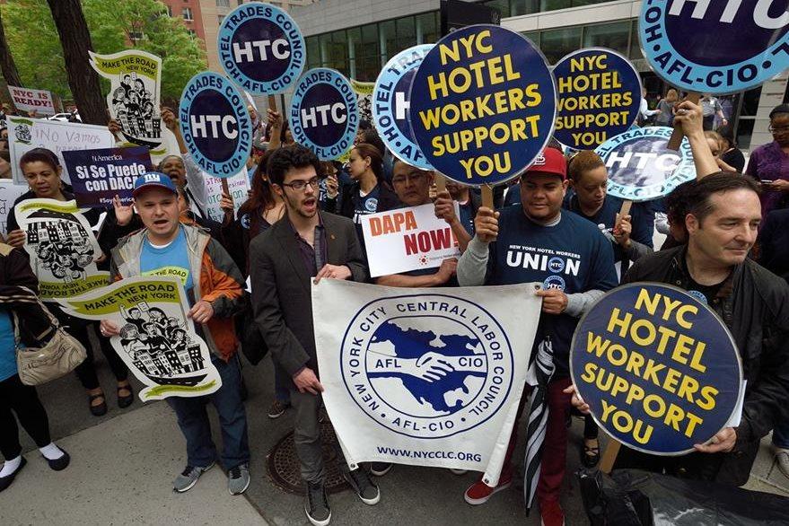 Trabajadores de hoteles en Manhatan protestan en favor de los migrantes en EE. UU. (Foto Prensa Libre: AFP).