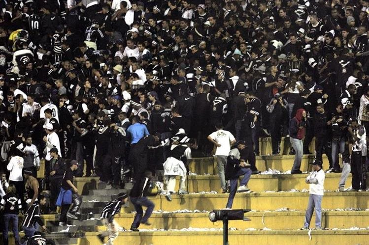 Tres aficionados del Corinthians fueron condenados hoy a entre 19 y 21 años de prisión por la muerte de un seguidor del Palmeiras ocurrida en 2014. (Foto Prensa Libre: Hemeroteca PL)