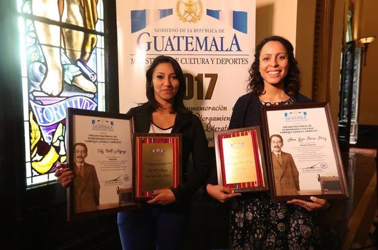 Anna Lucía Ibarra, periodista de la sección de Buena Vida de Prensa lIBRE (D)  y,  Eslly Melgarejo, de Guatevisión, (I) reciben  el premio Nacional de Periodismo Cultural 2017. (Foto Prensa Libre: Esbin García).