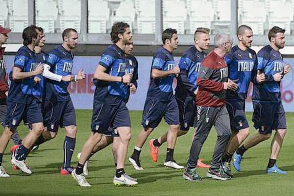 Los jugadores de la selección de italiana se entrenaron este lunes de cara al amistosos frente a Inglaterra. (Foto Prensa Libre: EFE)