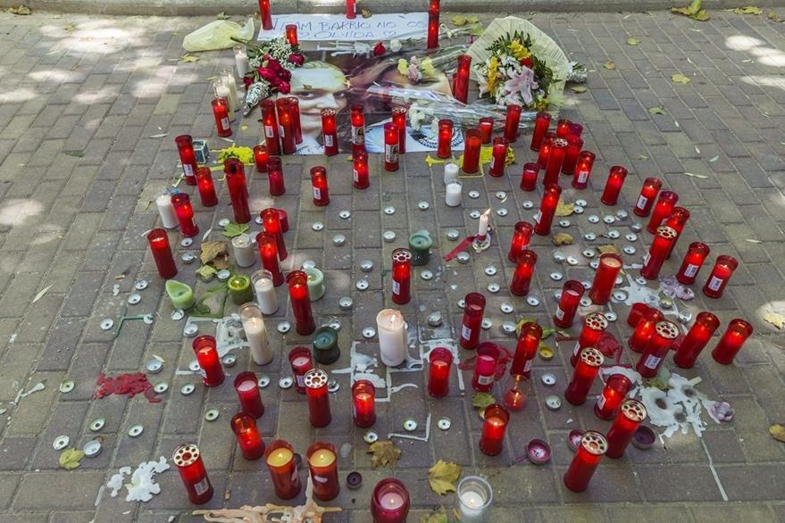 Las muestras de condolencia se han sucedido en las últimas horas en Cuenca por la muerte de las jóvenes. (Foto Prensa Libre: EFE).