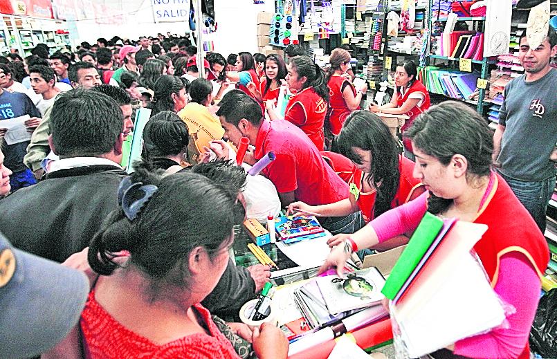 En la Feria Nacional Escolar los padres de familia pueden encontrar artículos a bajo precio. (Foto Prensa Libre: Hemeroteca PL)