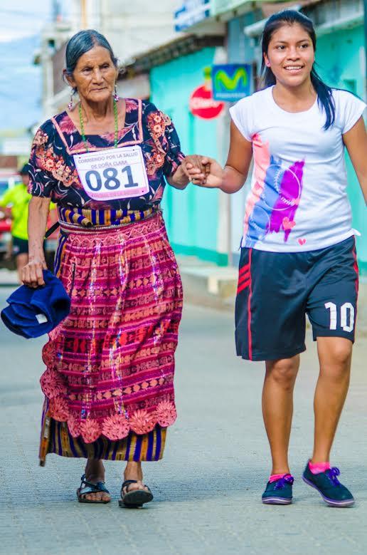 Una de las participantes efectúa el recorrido durante carrera benéfica, en San Juan La laguna, Sololá. (Foto: Cortesía de José Mendoza)
