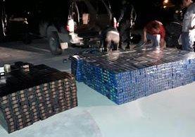 Policías y fiscales cuentan parte del producto incautado. (Foto Prensa Libre: Rigoberto Escobar)