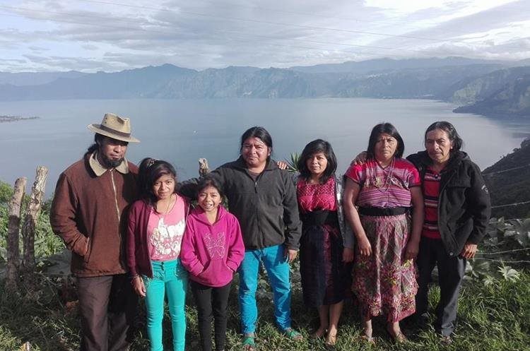 Édgar Calel junto a sus padres y nueve hermanos en un viaje familiar en Atitlán, Sololá. (Foto Prensa Libre: Esbin García)