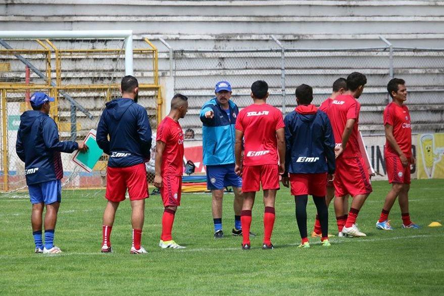 El equipo superchivo enfrentará este miércoles a Municipal y viajará el viernes a México para enfrentar a Jaguares de Chiapas. (Foto Prensa Libre: Carlos Ventura)