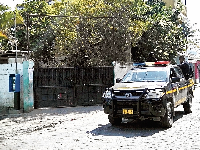 Policías prestan  seguridad perimetral en  establecimiento. (Foto Prensa Libre: Hugo Oliva)