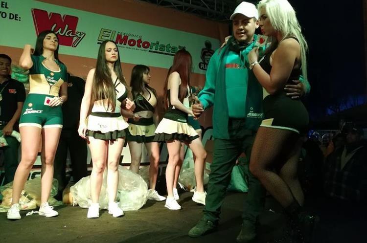 Edecanes y  concursos alegraron las horas previas a la Caravana del Zorro.  (Foto Prensa Libre: Paulo Raquec)