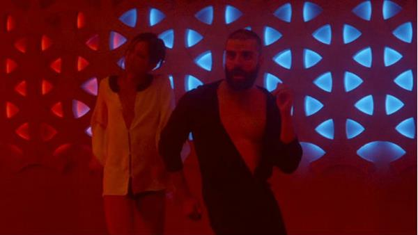 El actor Óscar Isaac baila música disco en su nueva película.