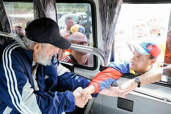 Fidel Castro saluda a un simpatizante durante encuentro. (Foto Prensa Libre: EFE)