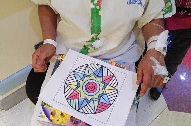 Colorear es una de las actividades preferidas de los menores, los entretiene mientras reciben sus tratamientos. (Foto Prensa Libre: Roni Pocón)